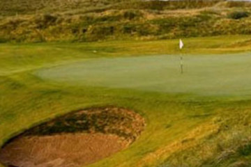 The bunkering at Doonbeg lends a classic feel to this newest of Ireland links golf courses.